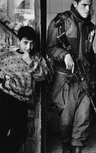 Israelischer Soldat neben jungen Palästinenser in Hebronn; Foto: &copy Judah Passow