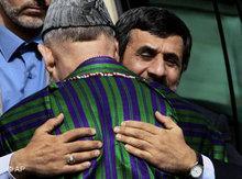 Iranischer Präsident Ahmadinejad umarmt afghanischen Präsidenten Karsai; Foto: AP