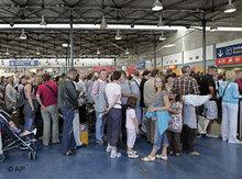 Passkontrolle am Flughafen Charles de Gaulle in Paris; Foto: AP