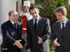 Algeriens Präsident Bouteflika bei Frankreichs Präsident Sarkozy und Außenminister Kouchner in Paris; Foto: AP