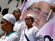 Aktivisten der radikalen Islamischen Verteidigungsfront (FPI) demonstrieren in Jakarta für ein Verbot der Ahmadiyah; Foto: AP