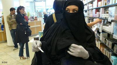 Chamselassil Ayari in einer Parfümerie; Foto: DW