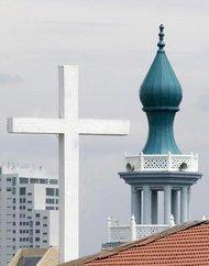 Kirchenkreuz und Minarett in Malaysia; Foto: AP