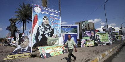 Wahlplakate in Bagdad; Foto: AP