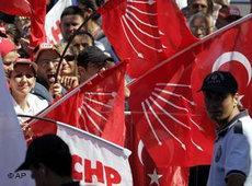 Anhänger der CHP demonstrieren in Istanbul; Foto: AP