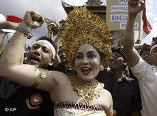 Indonesierin in traditionell balinesischer Kleidung auf einer Demonstration gegen das Antipornografie-Gesetz; Foto: AP