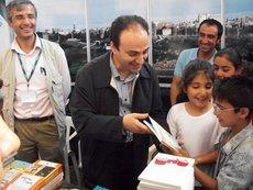 Diyarbakirs Bürgermeister Osman Baydemir beim Verschenken kurdischer Kinderbücher; Foto: Moran Ezdin