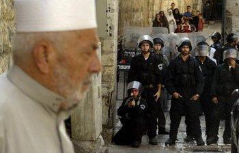 Palästinser und israelische Sicherheitskräfte in Jerusalem; Foto: AP