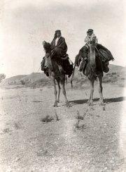 Historische Fotografie von Muhammad Asad auf einer Wüstenreise mit dem Kamel