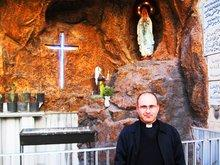 Pater Farid Botros in der chaldäischen Kirche von Damaskus; Foto: Stephen Starr