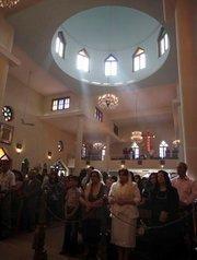 Irakische Christen feiern in der Kirche der Jungfrau Maria in Bagdad die Ostermesse, April 2010; Foto: AP