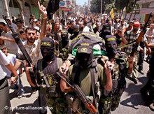 Bewaffnete Militante auf einem Begräbniszug; Foto: picture-alliance/dpa