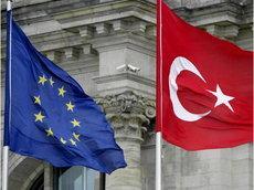 Fahnen der EU und der Türkei; Foto: AP