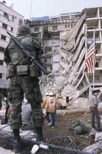 US-Marin vor der zerstörten US-Botschaft in Beirut 1985; Foto: AP