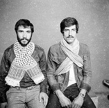 Zwei Männer mit Palästinensertuch; Foto: Arab Image Foundation
