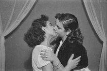 Zwei sich küssende Frauen; Foto: Arab Image Foundation