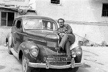 Mann auf einer Motorhaube liegend; Foto: Arab Image Foundation