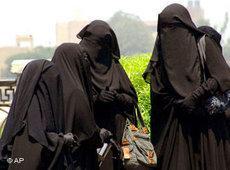 Drei Nikab-Trägerinnen; Foto: AP