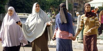 Kopftuch und Nikab tragende Frauen; Foto: AP