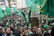 Anhänger der Hamas auf einer Kundgebung; Foto: picture-alliance/dpa