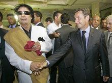 Der libysche Staatschef Muammar al-Gaddafi und der französische Staatspräsident Nicolas Sarkozy; Foto: AP