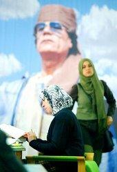 Studentinnen in Libyen vor Gaddafi-Poster; Foto: AP