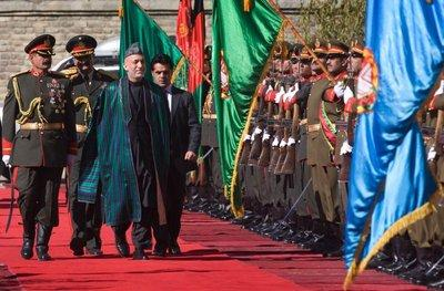 Der afghanische Präsident Hamid Karzai auf dem roten Teppich flankiert von der afghanischen Ehrengarde; Foto: AP
