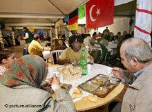 Türkische Muslime beim gemeinsamen Fastenbrechen; Foto: dpa