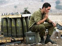 Ein israelischer Soldat bewacht Artilleriemunition an der Grenze zum Libanon; Foto: DW