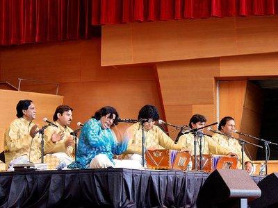 Faiz Ali Faiz mit seinem Ensemble auf der Bühne; Foto: Wikipedia