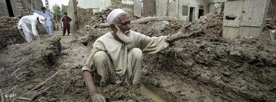 Pakistani im Schlamm der Flutkatastrophe; Foto: AP