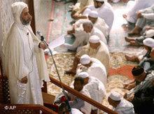 Imam Azeddine Taoufiq bei der Freitagspredigt während des Ramadan in der Okba Ibnou Naafia Moschee in Casablanca, Marokko; Foto: AP