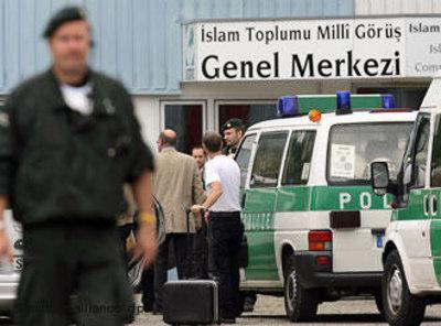 Polizeiwagen vor einem Gebäude der IGMG; Foto: dpa