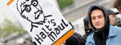 Ein Demonstrant protestiert gegen die Vorstellung des neuen Buchs von Thilo Sarrazin mit einem Plakat mit der Aufschrift 'Halt's Maul'; Foto: AP