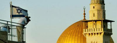 Mann neben israelischer Flagge fotografiert den Felsendom; Foto: AP