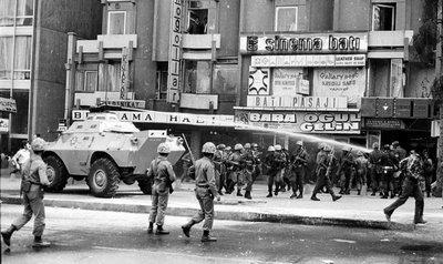 Wasserwerfer auf den Straßen von Ankara während des Putsches vom 12. September 1980; Foto: AP