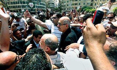 Mohammed El-Baradei in einer Menschenmenge in Kairo; Foto: AP