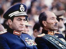 Ägyptischer Ex-Präsidnet Anwar Sadat und Präsident Mubarak auf einer Militärparade im Oktober 1981; Foto: AP