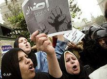 Ägypterinnen demonstrieren in Kairo; Foto: AP