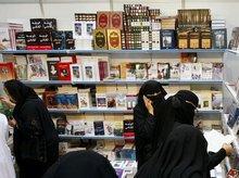 Saudische Frauen in einer Buchhandlung; Foto: AP