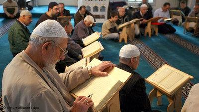 Studenten studieren den Koran in einer Moschee; Foto: dpa