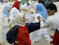Verschleierte Frauen bei einer Judo-Übungsstunde; Foto: AP
