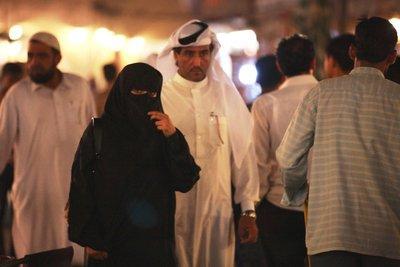 Niqab-Trägerin in Doha; Foto: Stephanie Doetzer