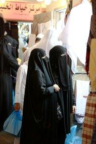 Zwei Niqab-Trägerinnen beim Einkaufen in Doha; Foto: Stephanie Doetzer