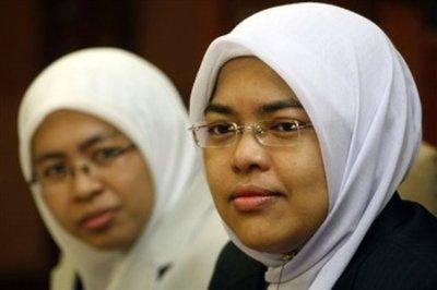 Rafidah Abdul Razak (l.) und Surayah Ramlee; Foto: AP