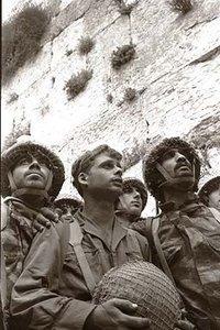 Israelische Soldaten an der Westmauer in Jerusalem kurz nach der Einnahme Jerusalems im Sechstagekrieg 1967; Foto: Wikipedia