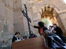 Gläubige beim Gottesdienst in der Heilig-Kreuz-Kirche, Akdamar/Van; Foto: AP