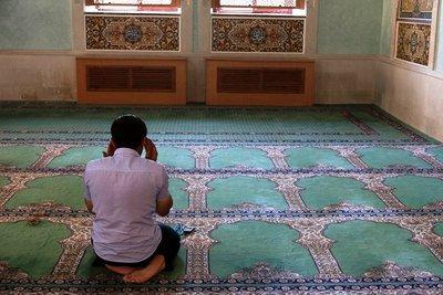 Betender Muslim in der Juma-Moschee in Baku; Foto: Klaus Heymach