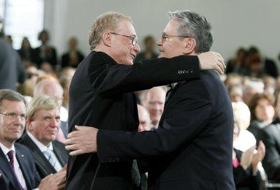 David Grossmann (l.) umarmt Joachim Gauck in der Paulskirche in Frankfurt; Foto: dpa