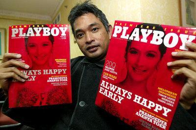 Erwin Arnada zeigt zwei Ausgaben des Magazins 'Playboy'; Foto: AP